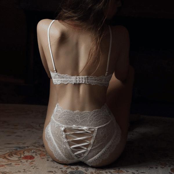 string gainant sexy blanc